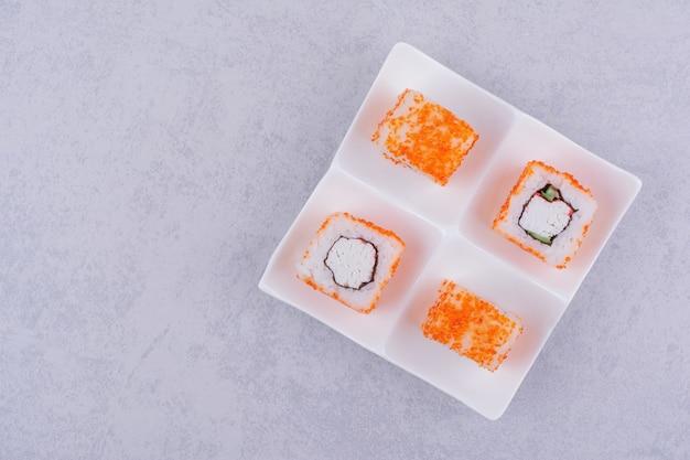 필라델피아는 흰색 플래터에 크림 치즈와 함께 롤백합니다.