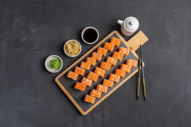 신선한 연어, 아보카도 및 크림 치즈로 만든 필라델피아 스시 롤. 전통 일본 요리