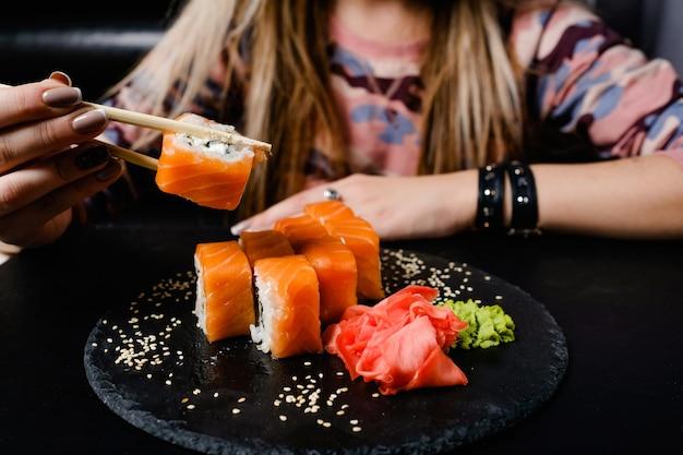 フィラデルフィアの寿司は暗い背景で転がります。アジア料理。全国日本料理。