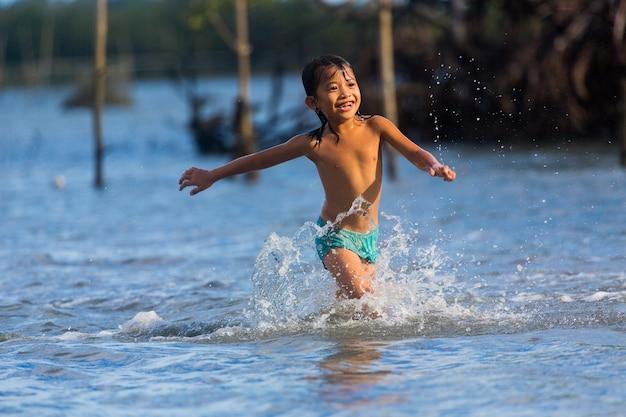 필리핀 세부 섬, 필리핀 아이들이 바다에서 즐거운 시간을 보낼 수 있습니다.