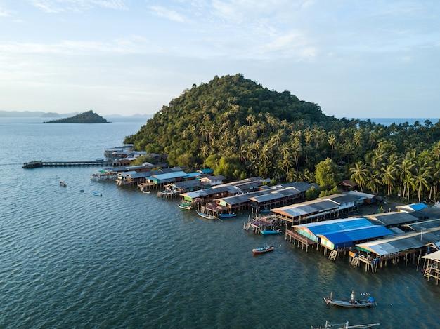 コphitak漁村、チュンポン、タイの航空写真。