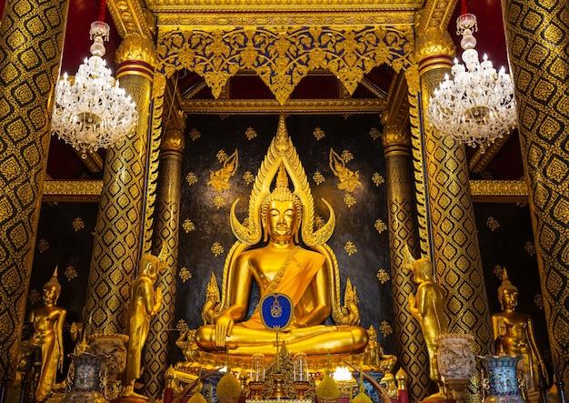 핏사눌록, 태국 - 2021년 2월 23일: 핏사눌록 주의 황금 불상, 왓 프라 스리 라타나 마하탓 사원, 이름은 태국 핏사눌록의 프라 부처 친나랏입니다.