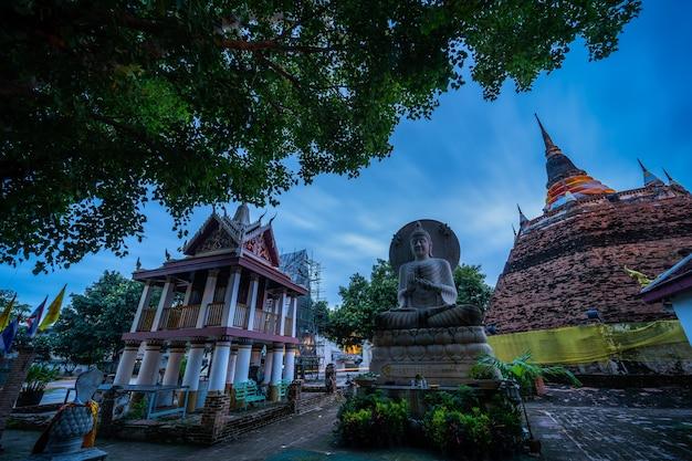 Phitsanulok, thailand - 10월 10,2020:사원(태국어:wat ratchaburana)의 부처 동상과 phra chedi luang은 불교 사원입니다. 태국 핏사눌록의 주요 관광 명소입니다.
