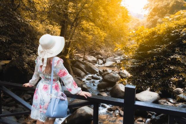 アジアの女の子の観光客は、チャンタブリー、タイでphlio滝国立公園のサインで自然の美しさを訪問します。