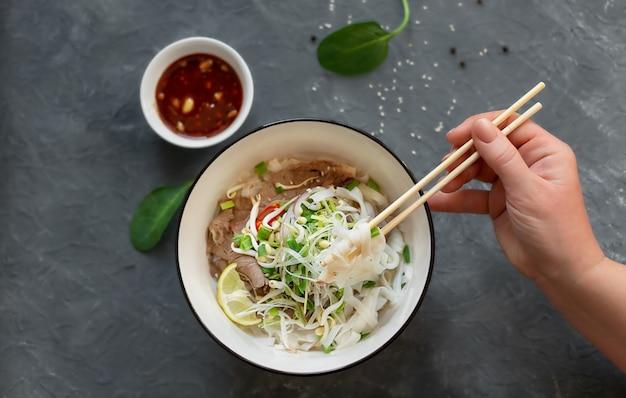 フォーボーは伝統的なベトナムの麺と牛肉のスープです
