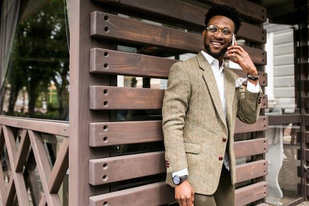 電話アフリカのビジネスマン幸せなビジネス
