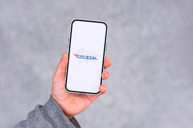 밝은 배경에 속보 아이콘이있는 전화 디스플레이.