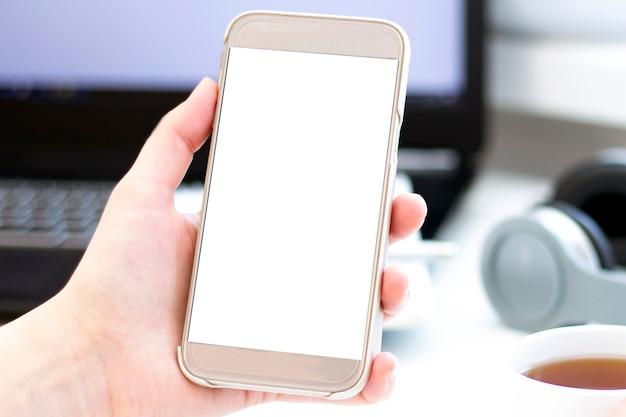 Телефон в руках с пустым экраном.