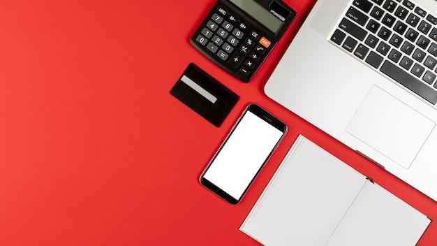 Телефон макет и настольные вещи с копией пространства