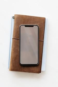 Телефон на кожаном дневнике