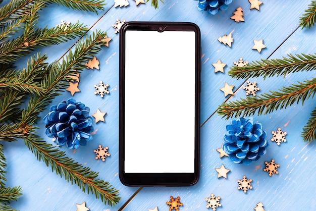 クリスマスツリーとクリスマスのテーブルの上の電話。
