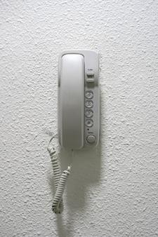 Телефон на стене
