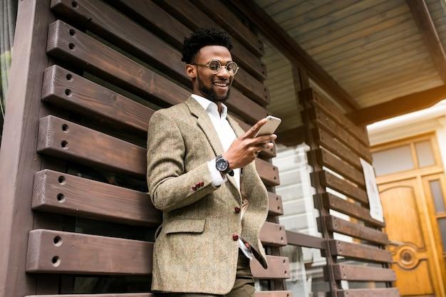 幸せなアフリカのビジネスマンごとの電話