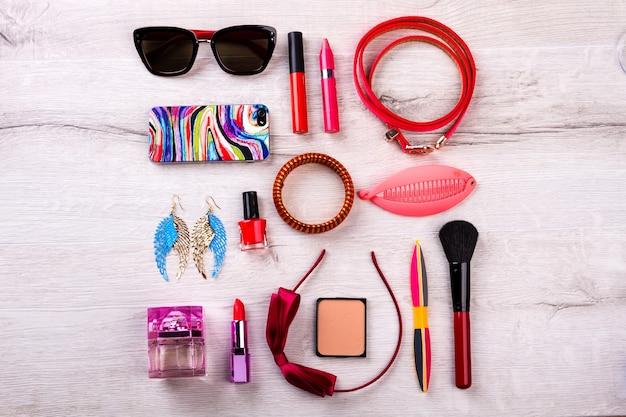 전화, 선글라스 및 화장품. 리본 헤어밴드와 귀걸이. 액세서리로 스타일을 완성하세요. 모던 패셔너블한 룩의 아이템.