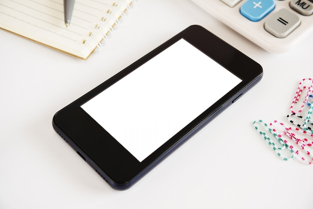 白い表面に白い電話画面