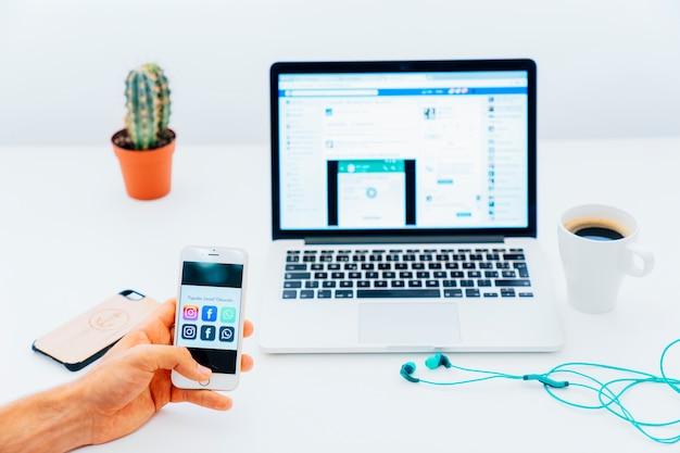 앱과 현대식 책상이있는 전화