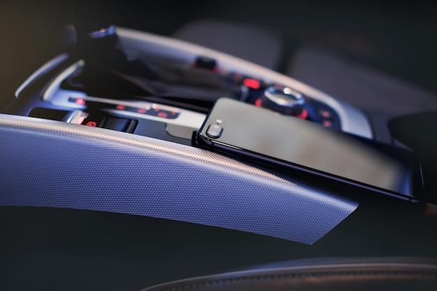 Телефон с камерой в интерьере современного автомобиля