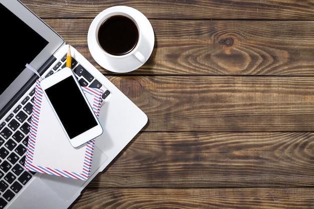 Телефон с ноутбуком и чашкой кофе