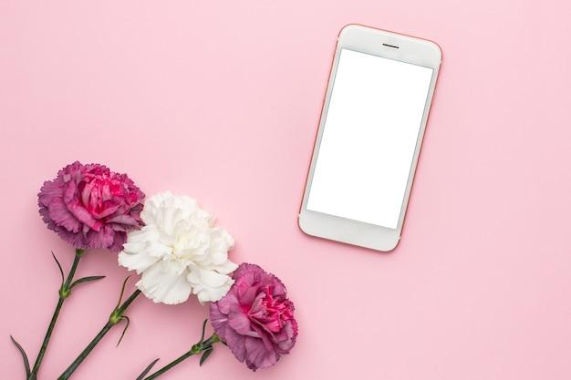 보라색과 흰색 카네이션 꽃과 전화