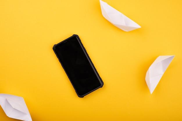 노란색 배경에 흰색 종이 배송된 전화