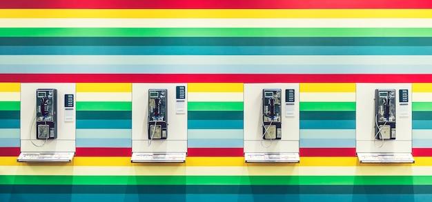 カラフルな壁のphonebooth