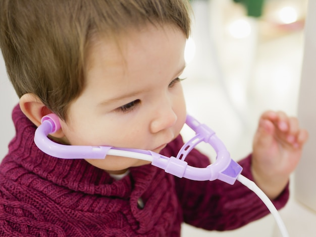 子供とphonendoscope。 phonendoscopeが医者を遊んで子供男の子。ヘルスケアおよび医学の概念。おもちゃの内視鏡。