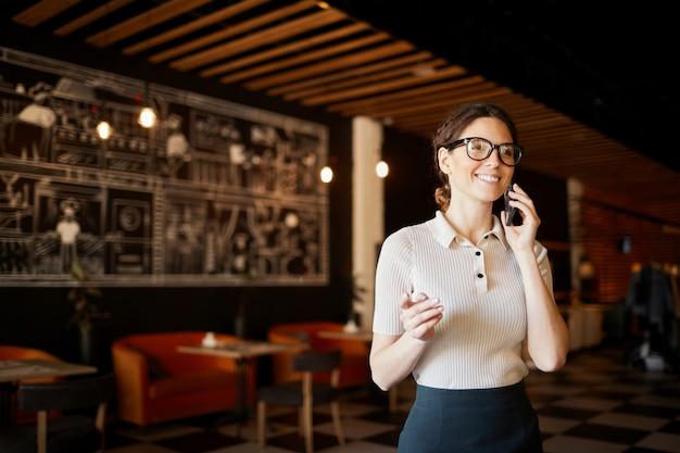 電話をかけるクライアント