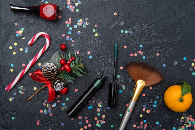 メイクアップアーティスト、マンダリン、テキスト用のスペースのある黒いテーブルのサトウキビの写真アクセサリー
