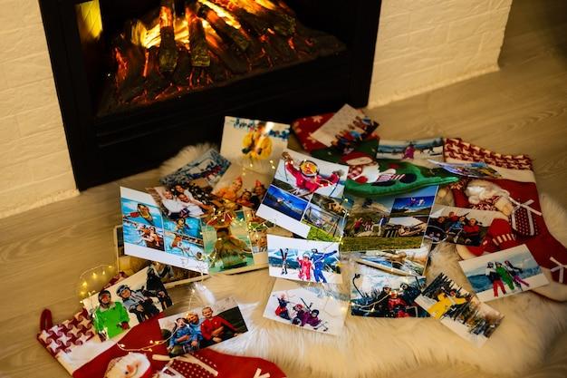 クリスマス、冬の季節、木の床での思い出と懐かしさのフォトアルバム。レトロなカメラの写真-ヴィンテージとレトロなスタイル、上面図