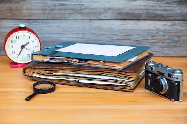 Фотоальбомы с ретро камерой на столе