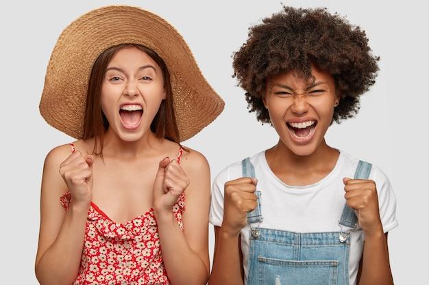 Foto di giovani femmine furiose arrabbiate gesto con fastidio