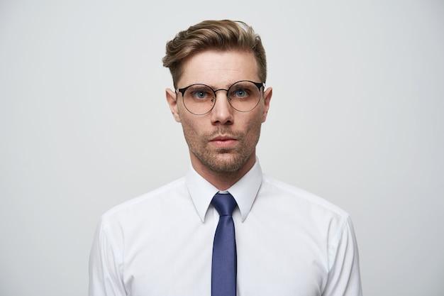 여권에있는 사진. 세련 된 머리와 젊은 남자