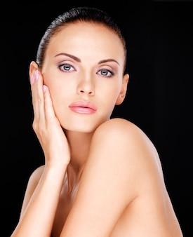 Foto di un bel viso di una bella donna adulta con la pelle fresca - su sfondo nero