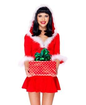La foto della bella fanciulla della neve tiene la scatola del nuovo anno di natale con il regalo - isolata su bianco