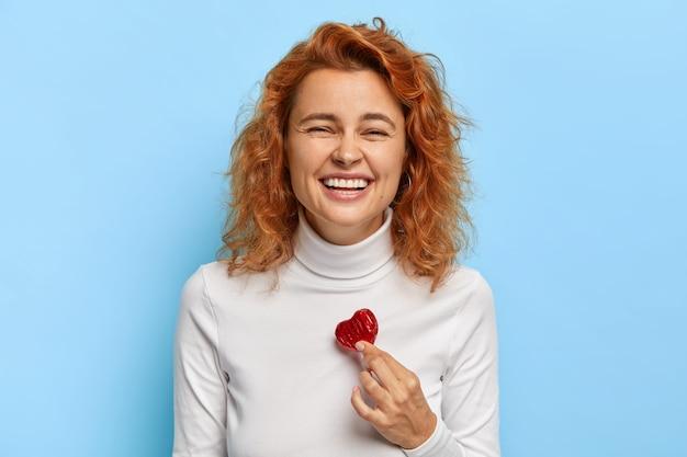 La foto di bella donna ride felicemente