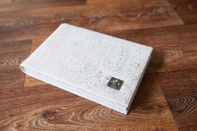 Фотокнига с обложкой из натуральной кожи. белый цвет с декоративным тиснением