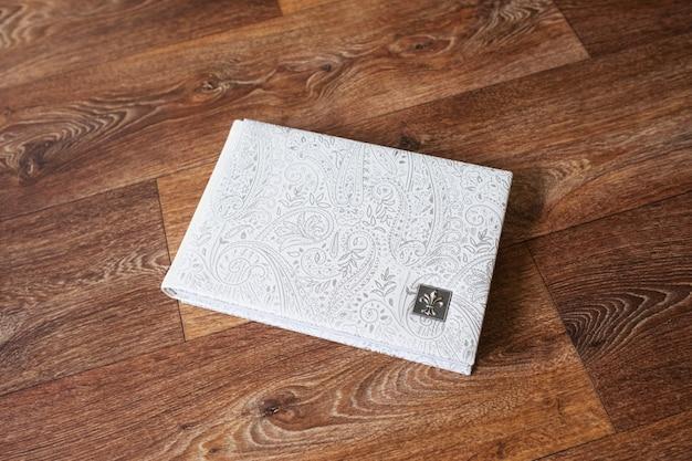 本革の表紙が付いた写真集。装飾的な刻印のある白い色