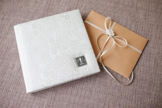 本革カバー付写真集。透かし彫りの白い色。ソフトフォーカス。