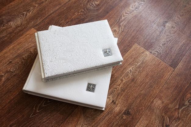 Фотокниги в обложке из натуральной кожи. белый цвет с декоративным тиснением
