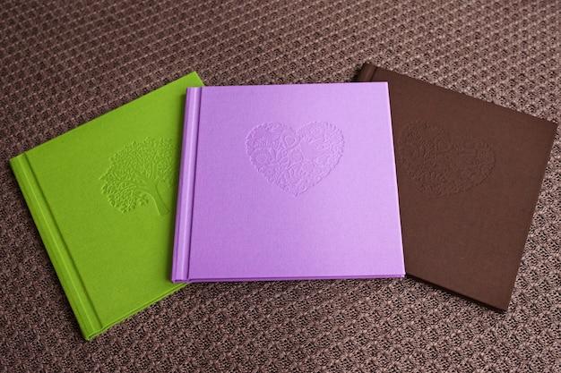 テキスタイルカバー付きの写真集。明るい色、オーガニックコットン、装飾的なスタンプでカバー。