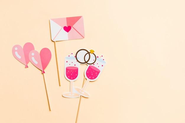ピンク、フラットに分離された写真ブースの小道具。上面図。面白い招待状