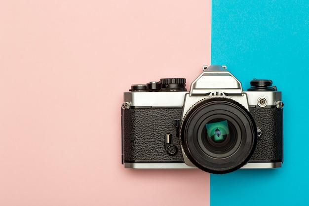 Фотоаппарат творческой концепции фон. урожай ретро фотоаппарат на цветном фоне. концепция путешествий, отдыха и фотографии