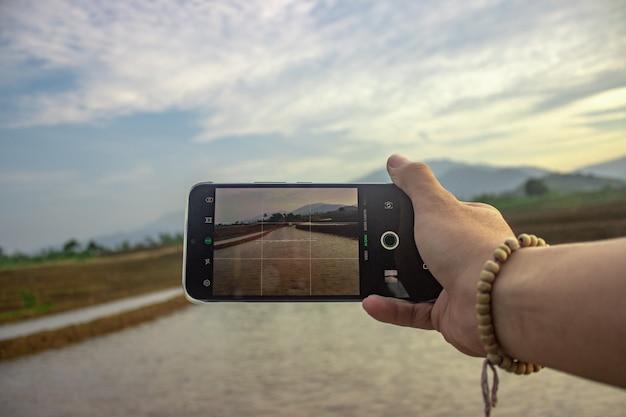 아침에 산의 경치를 사진 찍는 사진 핸드폰