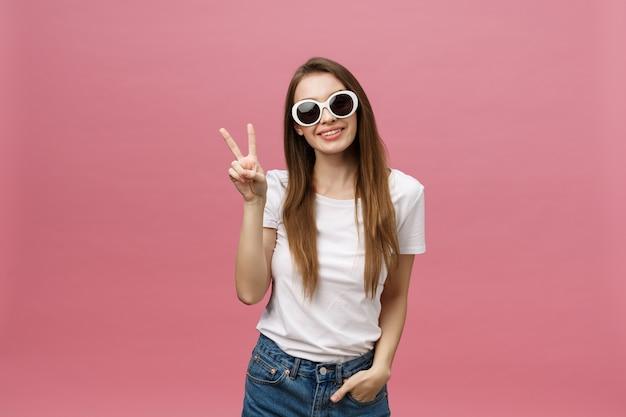 트렌디 한 선글라스를 착용하는 매력적인 womanwith 긴 헤어 스타일의 사진 근접 촬영