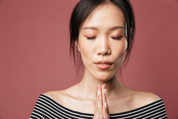 기본 옷을 입은 편안한 아시아 여성의 사진 클로즈업