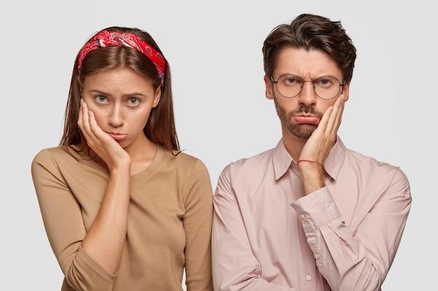 Le foto di una donna e un uomo scontenti hanno espressioni cupe