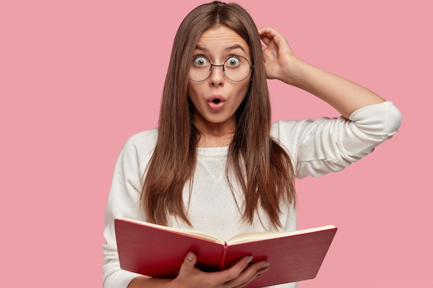 La foto della ragazza europea sorpresa emotiva graffia la testa con sconcerto