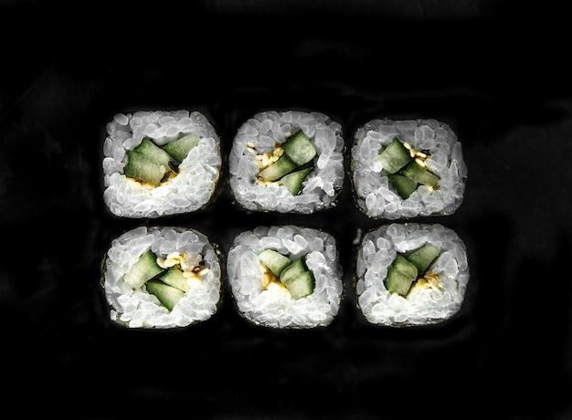 Фото для меню. японские роллы с видом сверху огурцом.