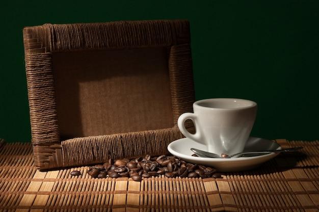 사진 프레임과 커피 한 잔