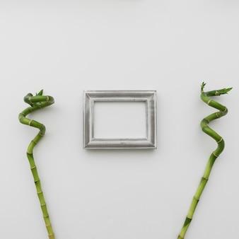 フォトフレームと竹のスティック 無料写真